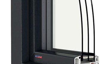 Plastové okno s izolačním trojsklem a distančními rámečky z plastického materiálu