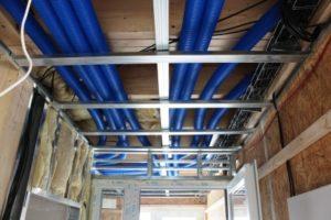 Ocelová konstrukce pro sádrokartonový podhled. Stropní podhledy výborně poslouží pro vedení instalací.