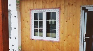 Plastové okno je po obvodu oblebeno paropropustnou páskou růžové barvy