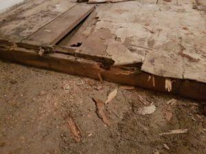 Dřevěné podlahy se dříve stavěly přímo na terénu. Takové podlahy je vhodné odstranit a postavit znovu.