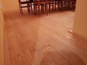 Dřevěná podlaha natřená matnou lazurou