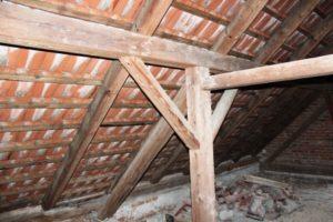 Zateplení šikmé střechy lze provést nadkrokevní či mezikrokevní izolací
