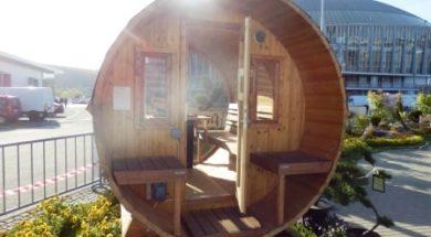 Dřevěná venkovní sauna ve tvaru sudu