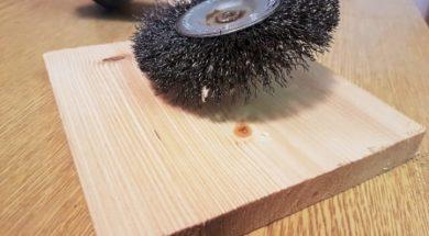 Drásání dřeva lze provést například ocelovým kartáčem