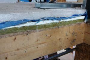 Kročejová izolace z minerální vaty na trámovém stropu