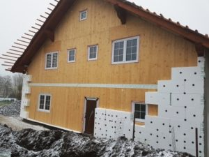 Řezání polystyrenu během zateplování fasády