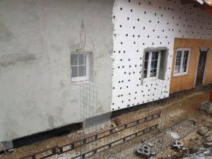 Zateplení fasády polystyrenem - aplikování tmelu a perlinky