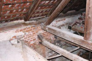 Rekonstrukce trámového stropu - uhnilá zhlaví dřevěných trámů