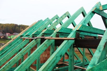 Nový dřevěný krov sedlové střechy