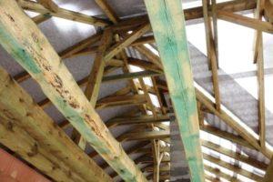 Pojistná hydroizolace viditelná z vnitřní strany krovu ještě před pokládkou střešní krytiny