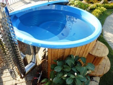 Solární plachta eliminuje tepelné ztráty a udrží vodu v bazénu déle teplou