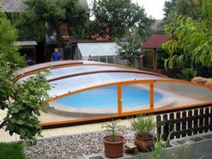 Zastřešení bazénu chrání bazén například před listím ze stromu