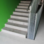 Schodiště z pohPohledový beton lze využít například pro stavbu schodištěledového betonu