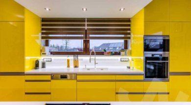 Moderní kuchyň ve žluté barvě