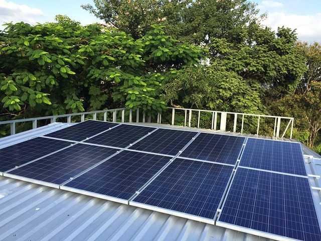 Soběstačný dům potřebuje fotovoltaické panely pro výrobu elektrické energie