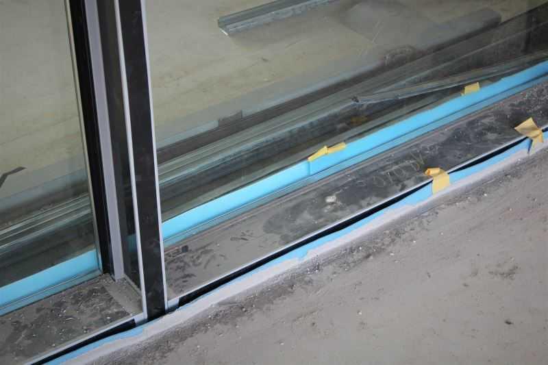 Lité podlahy se od okolních konstrukcí oddělují dilatačním páskem