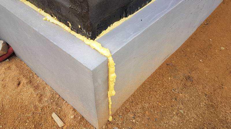 Polystyren XPS se na zateplení fasády nepoužívá. Extrudovaný polystyren použijte pouze pro zateplení suterénné stěny a soklu.