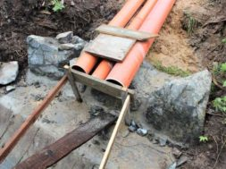 Stavba septiku ohlášení stavby ze zákona vyžaduje. Na obrázku můžete vidět přepad ze septiku do povrchových vod.