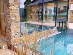 Kamenný obklad fasády přidá nemovitosti na hodnotě. Je odolný, pevný a má dlouhou životnost.
