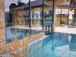 Souhlas souseda se stavbou bazénu je vyžadován v případě, že se stavba bazénu nachází max. 2 m od společných hranic pozemků