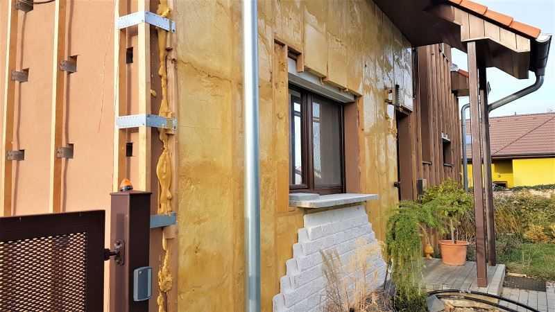 Stříkaná izolace fasády nabízí mnohem lepší tepelně technické vlastnosti než klasický bílý polystyren.
