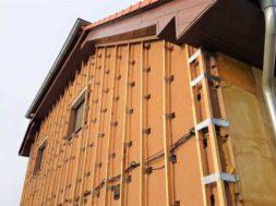 Stříkaná izolace fasády se aplikuje do dřevěného roštu. Stříkaná izolace se nemusí k podkladu lepit, ani mechanicky kotvit.
