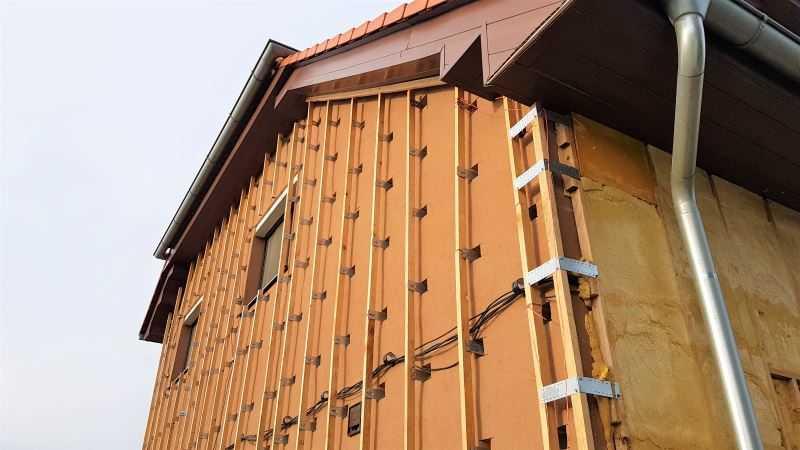 Stříkaná izolace fasády se aplikuje do dřevěného roštu.