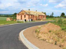 Každý stavební pozemek by měl mít ideálně přistupovou cestu po zpevněné komunikaci, která je ve vlastnictví obce.