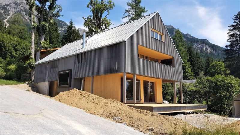 Plechová krytina se používá nejen pro rekonstrukce starších budov, ale i pro moderní novostavby a dřevostavby.