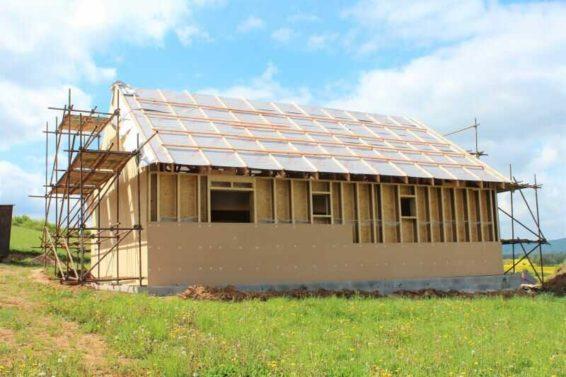 Foukaná izolace se u dřevostaveb používá také pro zateplení obvodových stěn. Foukaná izolace se v tomto případě aplikuje do dutin mezi nosné trámy.