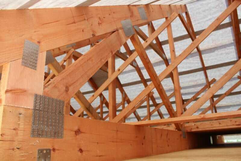 Foukaná izolace se hojně používá pro zateplení střech z příhradových vazníků.