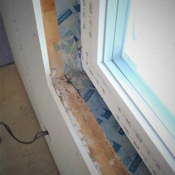 Montáž okna - při montáži okna nezapomeňte na parotěsnou lepicí pásku