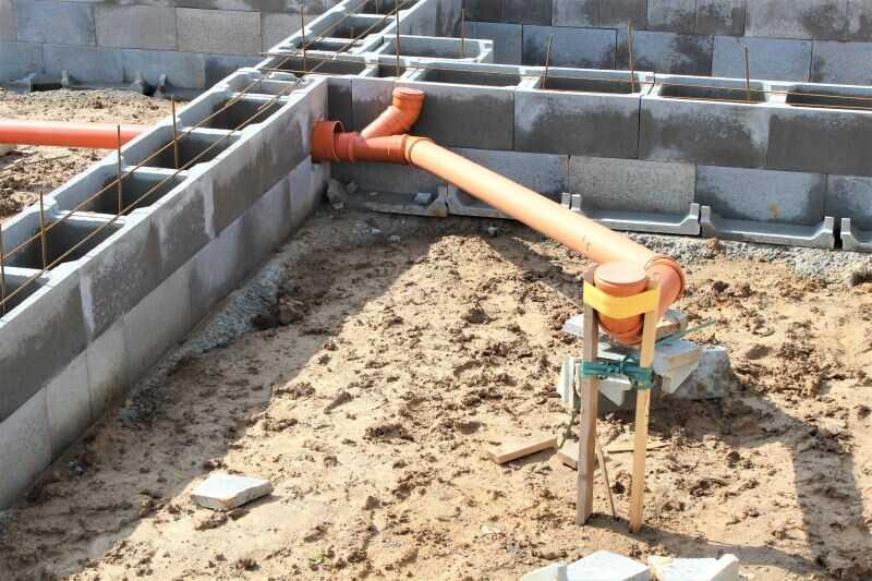 Hrubá stavba - budování základů domu a inženýrských sítí