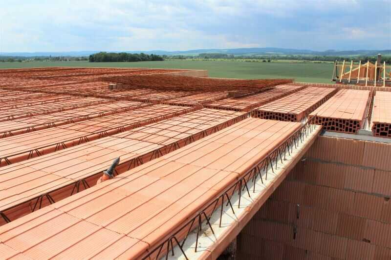 Stropní konstrukce z nosníku a vložek je součástí hrubé stavby.