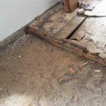 Stará dřevěná podlaha, která vyžaduje kompletní rekonstrukci