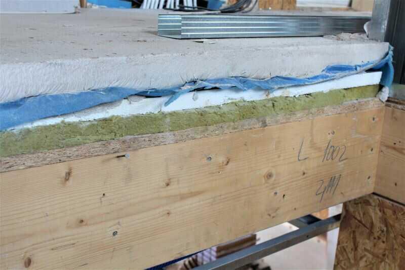 Skladba podlahy na stropě - kročejová izolace, tepelná izolace EPS, separační PE fólie a roznášecí anhydritová deska
