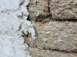 Jádrová omítka se nanáší na tzv. špric (cementový podhoz)