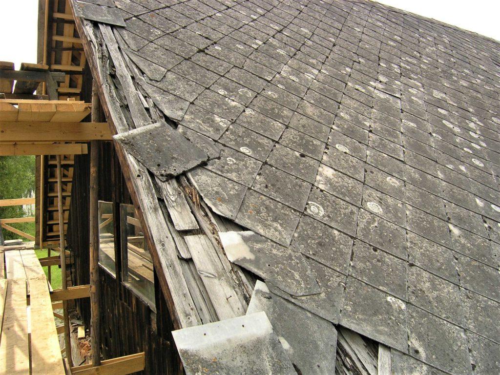 Střecha s poničenou eternitouvou krytinou vyžaduje kompletní rekonstrukci.