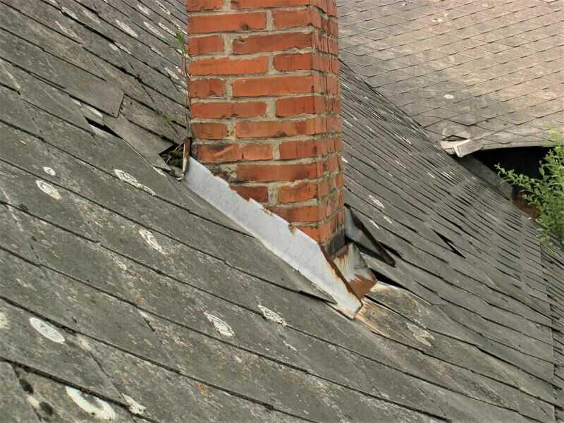 Rekonstrukce eternitové střechy vyžaduje také opravu oplechování komínu, okrajů střechy a všech prostupů