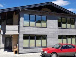 Dům s fasádou z cementotřískových desek