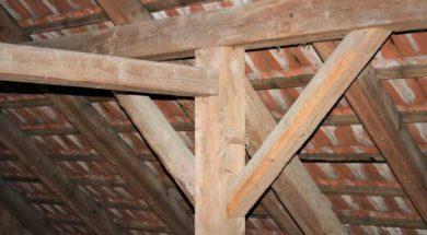 Zdravé části krovu lze zachovat a případně ošetřit přípravkem proti dřevokaznému hmyzu a hnilobám.