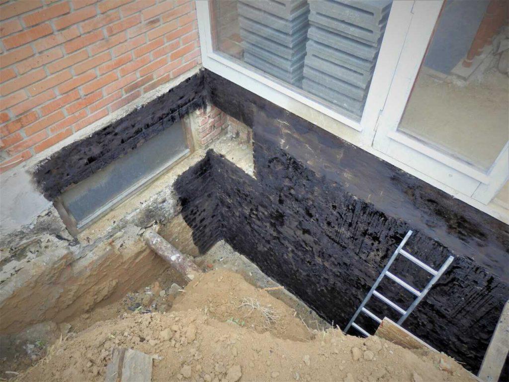 Tekutá hydroizolace posloužila pro opravu poškozené hydroizolace spodní stavby domu.