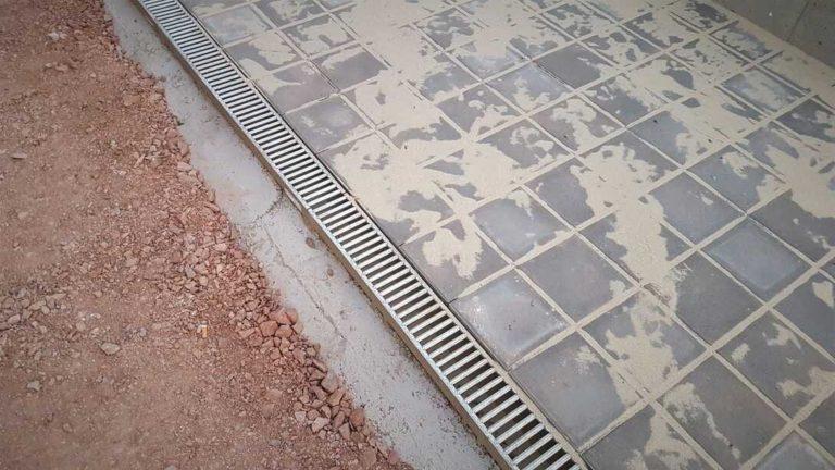 Návod - jak odstranit zbytky omítky z betonového chodníku