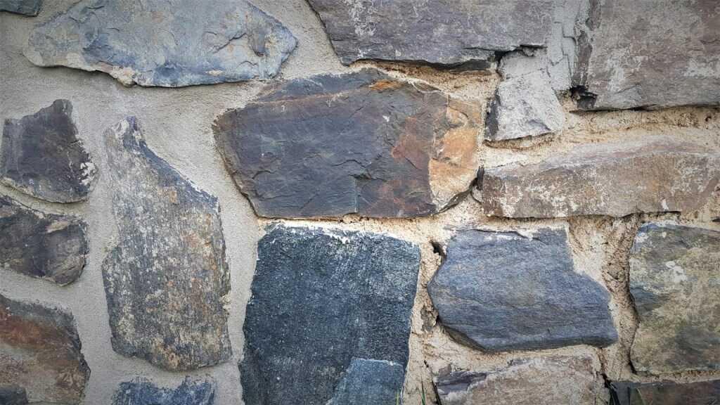 Rozdíl mezi zaspárovanou a nezaspárovanou kamennou dlažbou