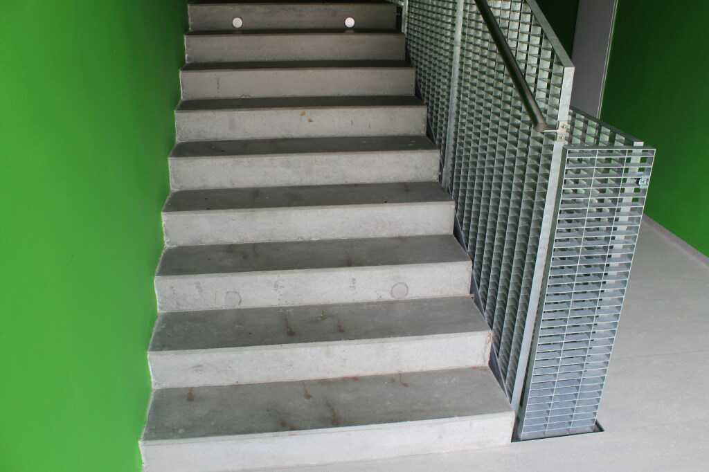 Minimální šířka schodiště v rodinném domě je 900 mm.