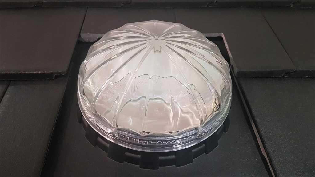 Fasádní světlovod vyrobený z křišťálového skla.