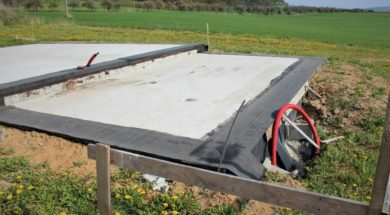 Hydroizolace základové desky asfaltovými pásy.