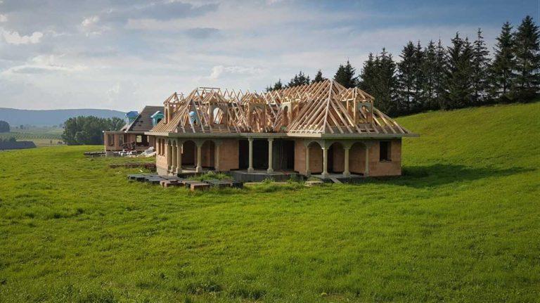 Stavby na povolení = stavby, které vyžadují stavební povolení. Stavební povolení je vyžadováno, jelikož jsou překročeny stanovené parametry pro ohlášení stavby.