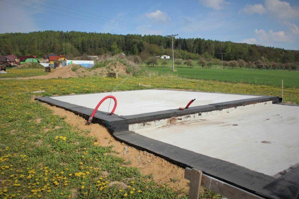 Základová deska domu s hydroizolací z asfaltových pásů.