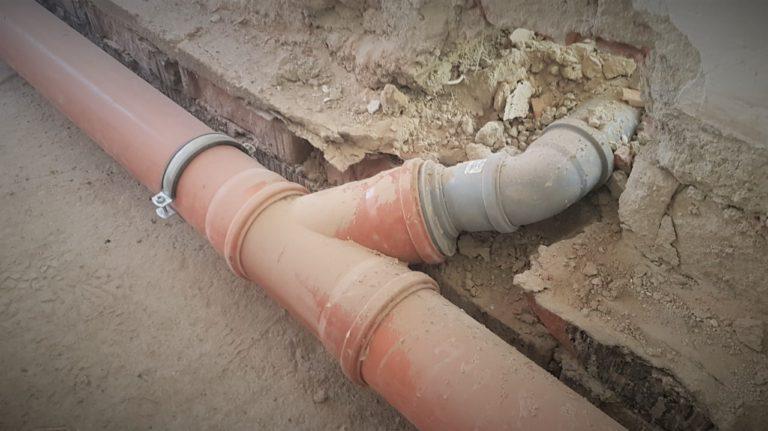 Montáž odpadního potrubí.
